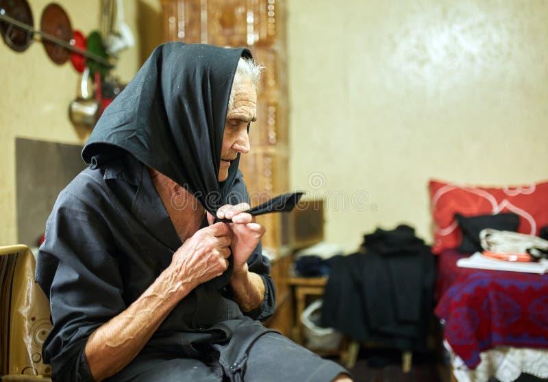 Dame âgée rurale expressive d'intérieur image stock