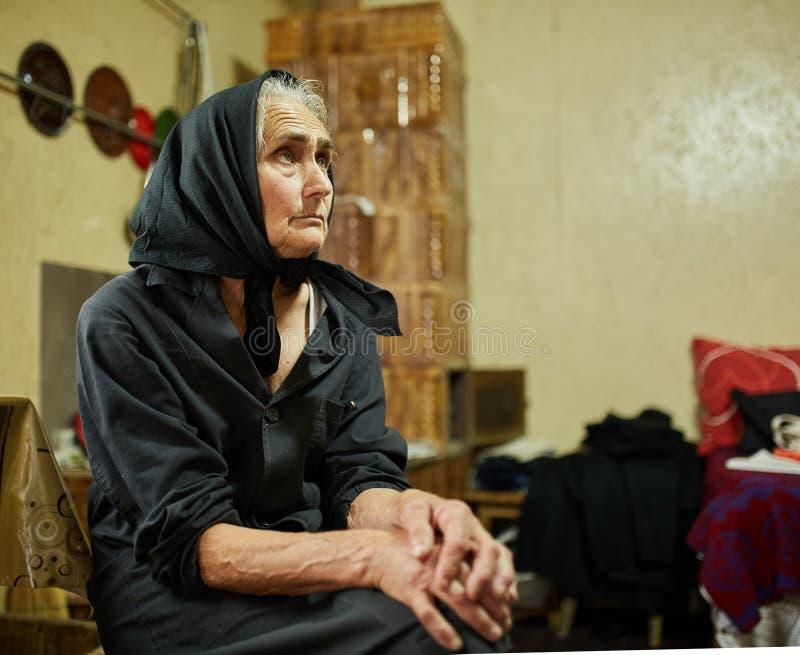 Dame âgée rurale expressive d'intérieur photos libres de droits