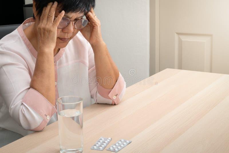 Dame âgée souffrant du mal de tête, effort, migraine, concept de problème de santé image libre de droits