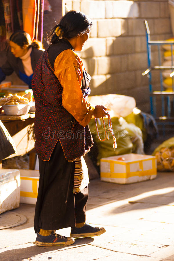 Dame âgée tibétaine traditionnelle perle Barkhor Lhasa photo libre de droits