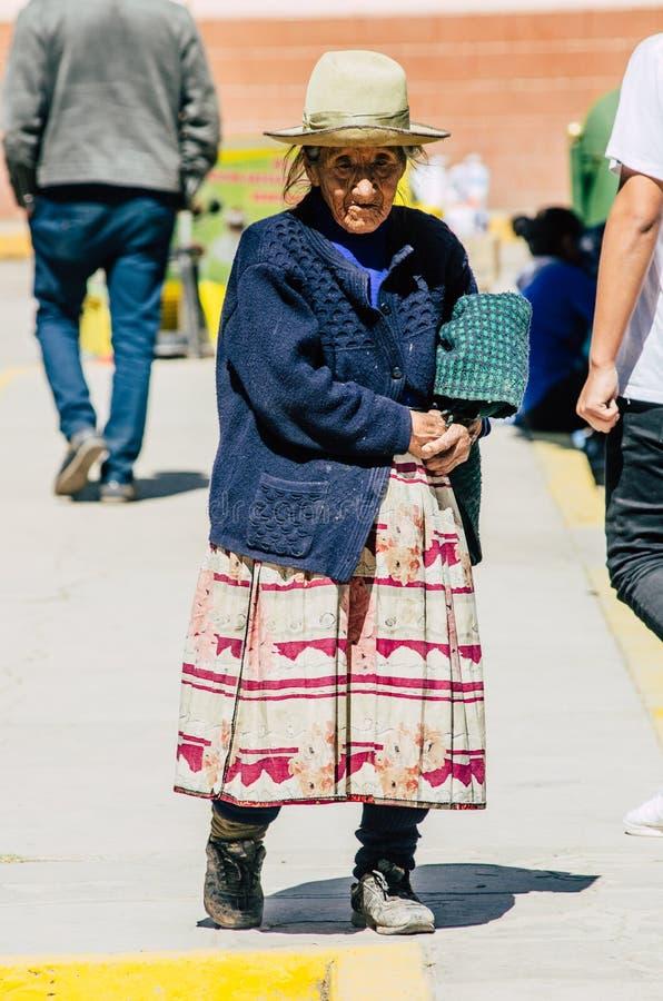 Dame âgée traditionnelle péruvienne Canta - à Lima images stock