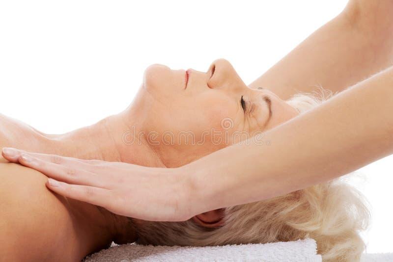 Dame âgée a un massage. Concept de station thermale. photos libres de droits
