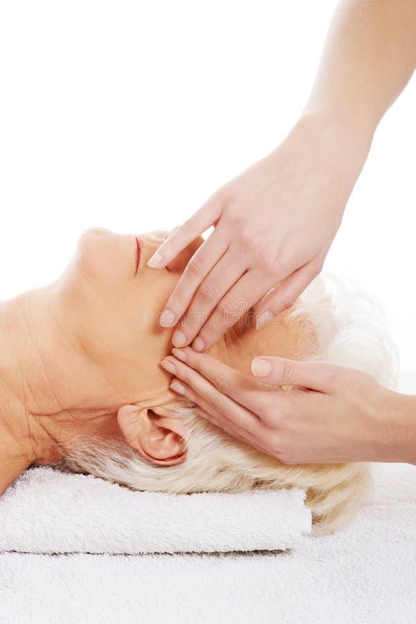 Dame âgée a un massage. Concept de station thermale. images stock