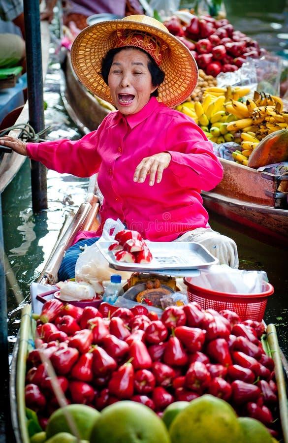 Dame âgée vendant le fruit sur le marché de flottement de Bangkok images stock