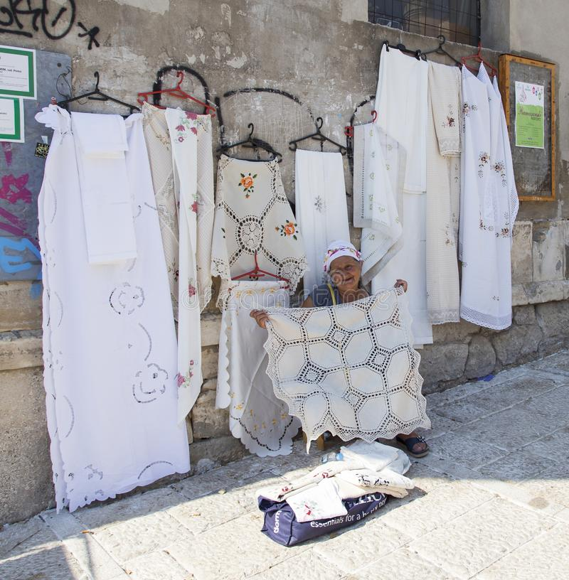 Dame âgée vendant son artware à Mostar, Bosnie-Herzégovine photo stock