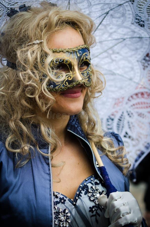 Dame élégante avec un parapluie blanc à Venise photographie stock libre de droits