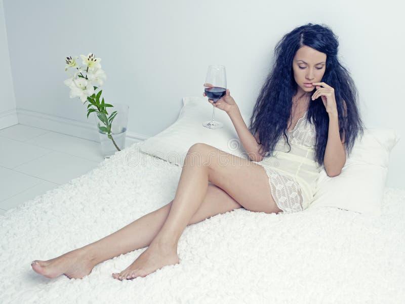Dame élégante avec une glace de vin image libre de droits