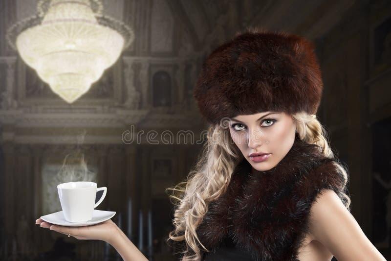 Dame élégante de mode avec la cuvette de thé photo stock