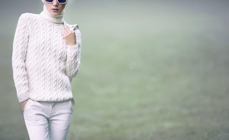 Dame élégante de portrait dans des vêtements fascinants blancs Étable urbaine de chute photo libre de droits