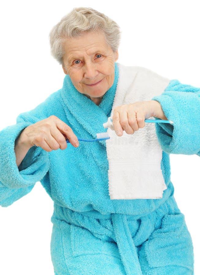 Dame aînée avec la brosse à dents photo libre de droits