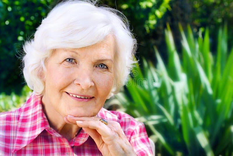 Dame aînée extérieure image stock