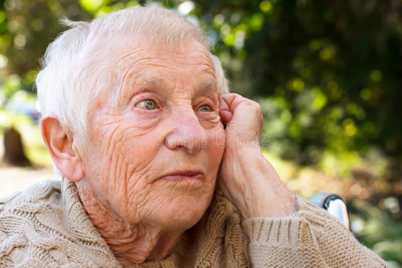 Dame aînée songeuse images libres de droits