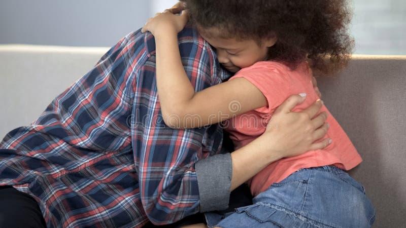 Dame adulte de soin étreignant peu de fille, système d'adoption d'enfant, bonheur de famille photographie stock libre de droits