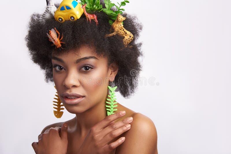 Dame afro-américaine sensuelle avec la coiffure d'animaux photo libre de droits