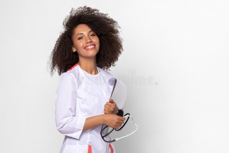 Dame arts in een dokter eenvormig met stethoscoop stock foto's