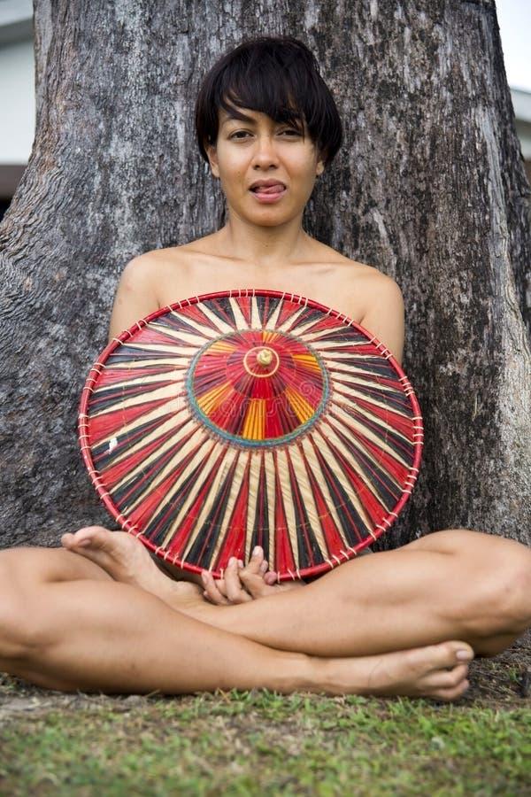 Dame asiatique attirante avec le chapeau photos stock