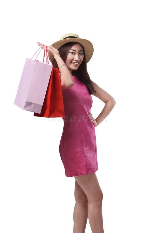 Dame asiatique attirante avec le chapeau tenant des paniers photo libre de droits