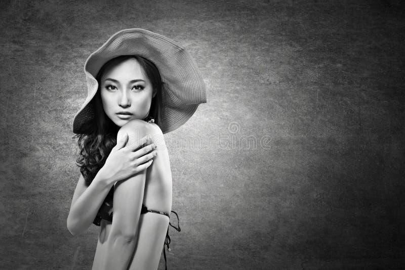 Dame asiatique attirante dans le bikini images stock
