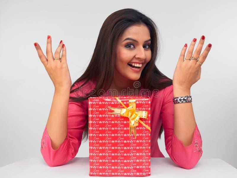 Dame asiatique avec un cadre de cadeau photographie stock
