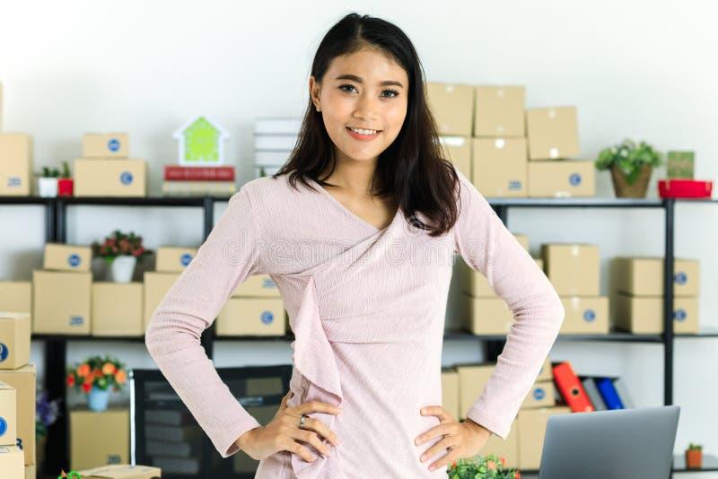 Dame asiatique d'affaires au bureau photos stock