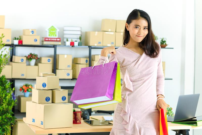 Dame asiatique d'affaires au bureau photo stock