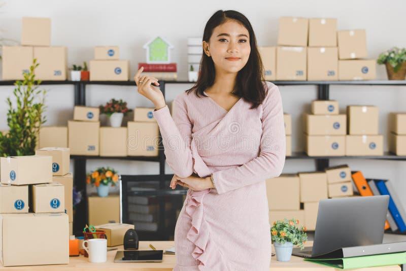 Dame asiatique d'affaires au bureau images libres de droits