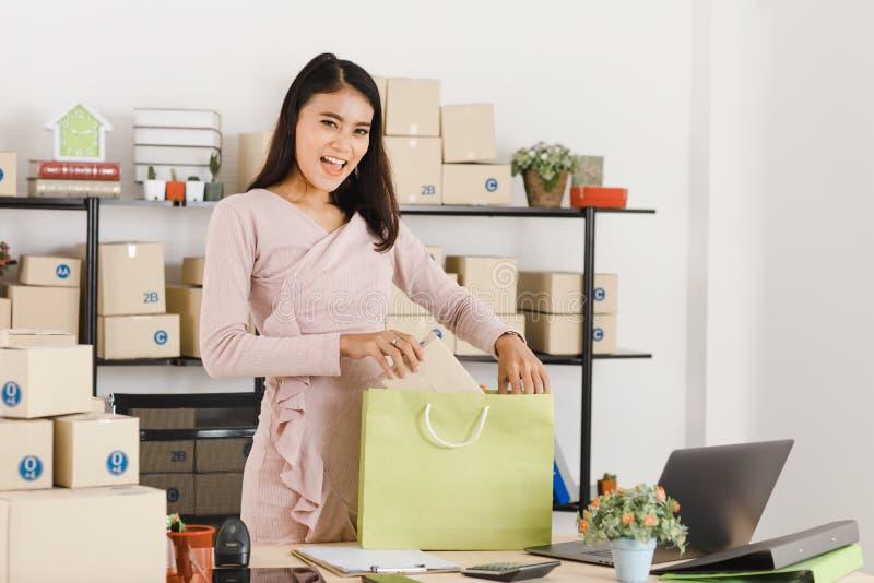 Dame asiatique d'affaires au bureau photos libres de droits