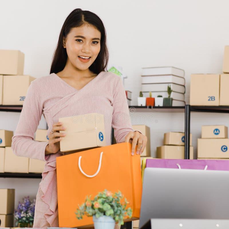 Dame asiatique d'affaires au bureau photographie stock libre de droits