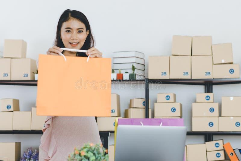 Dame asiatique d'affaires au bureau photo libre de droits