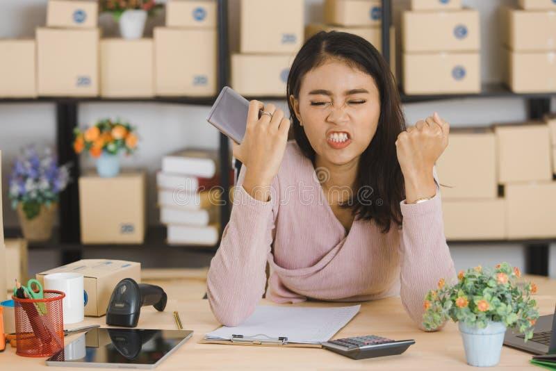 Dame asiatique d'affaires au bureau image libre de droits