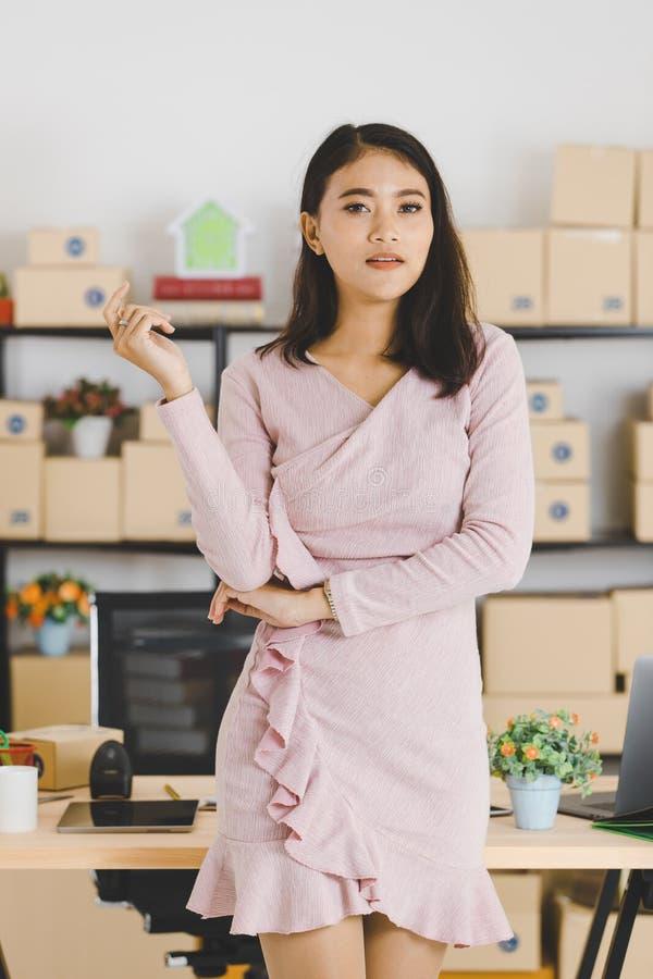 Dame asiatique d'affaires au bureau images stock