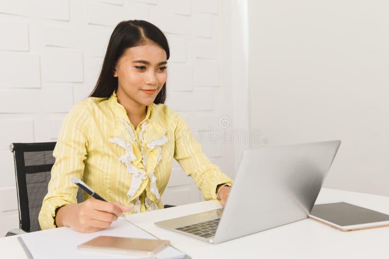 Dame asiatique d'architecte au bureau image stock