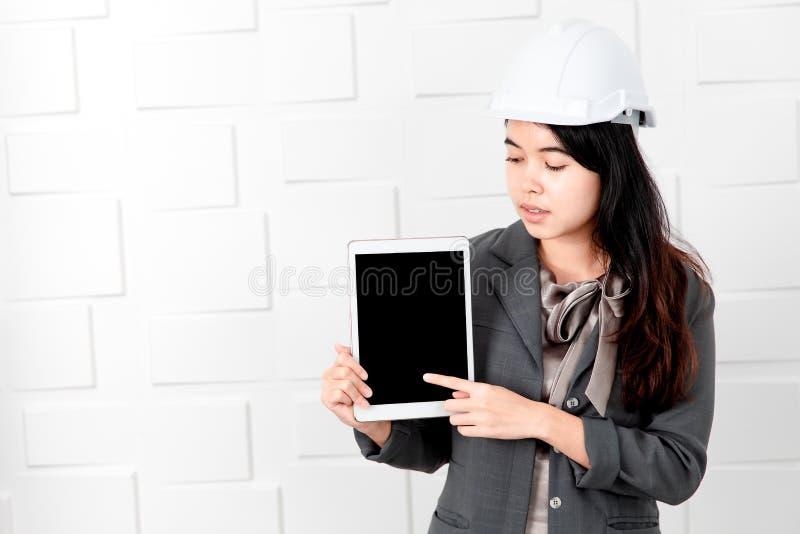 Dame asiatique dans le tenue professionnelle d?contract?e, comprim? ? disposition photographie stock
