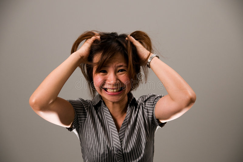Dame asiatique dans le vêtement d'affaires, très frustrant photos libres de droits