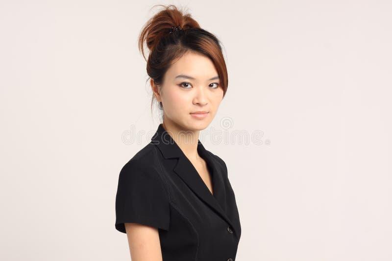 Dame asiatique dans un vêtement d'affaires à l'arrière-plan blanc photo libre de droits