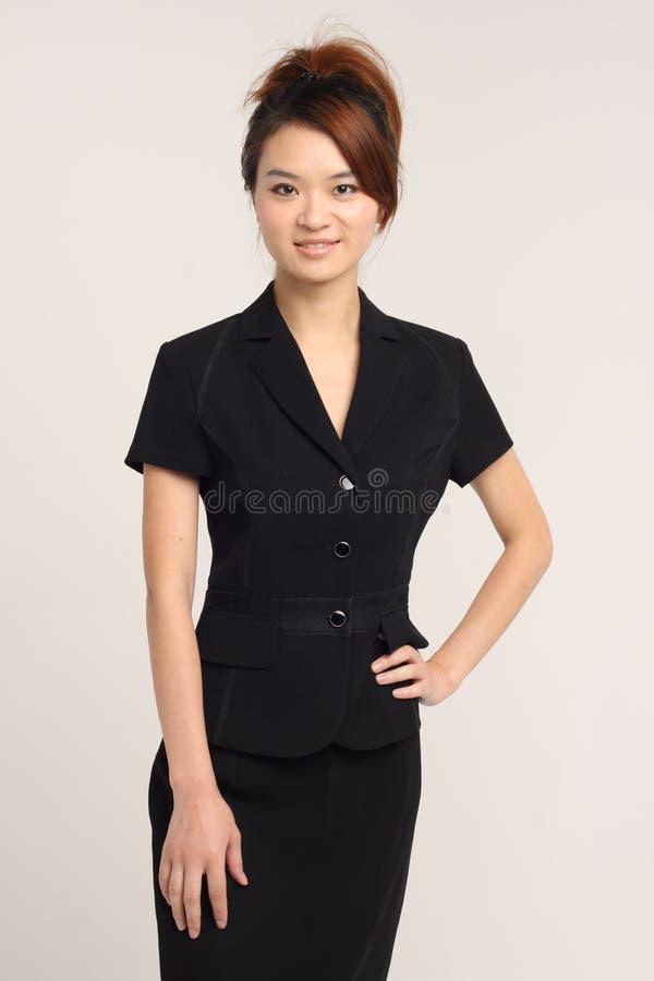 Dame asiatique dans un vêtement d'affaires à l'arrière-plan blanc image libre de droits