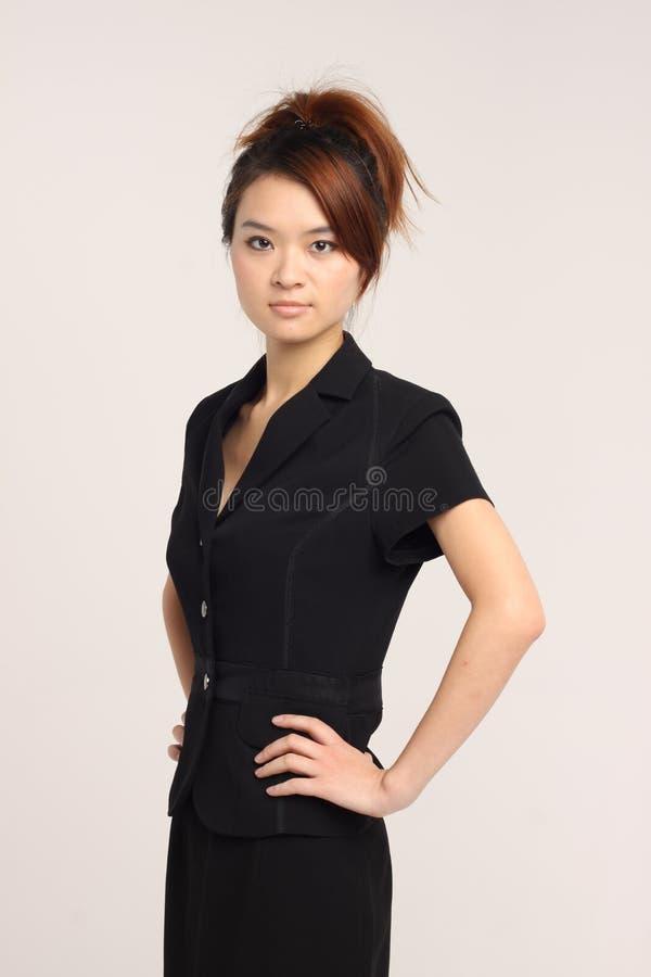 Dame asiatique dans un vêtement d'affaires dans un studio image libre de droits