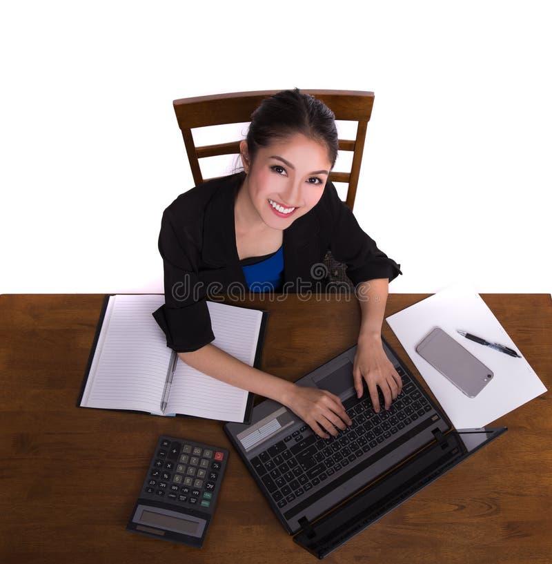 Dame asiatique de dirigeant travaillant au bureau bable images libres de droits