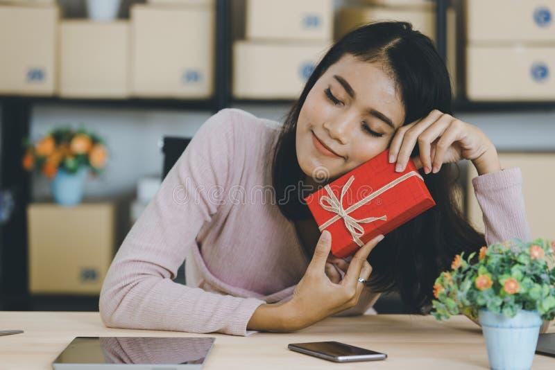 Dame asiatique sur le th?me d'anniversaire images stock