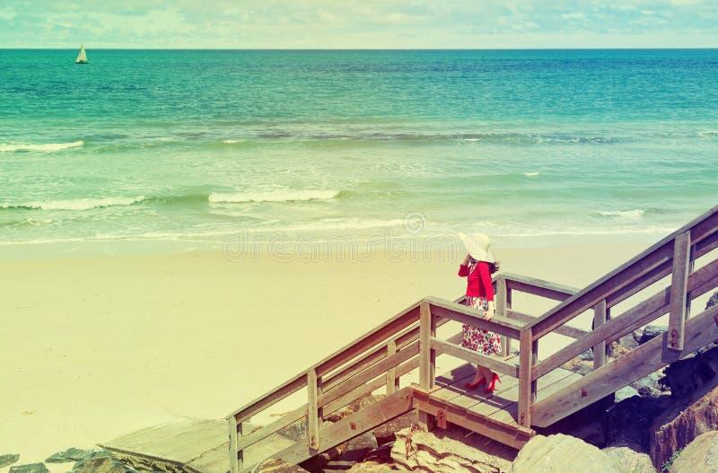Dame auf dem Strand lizenzfreies stockbild