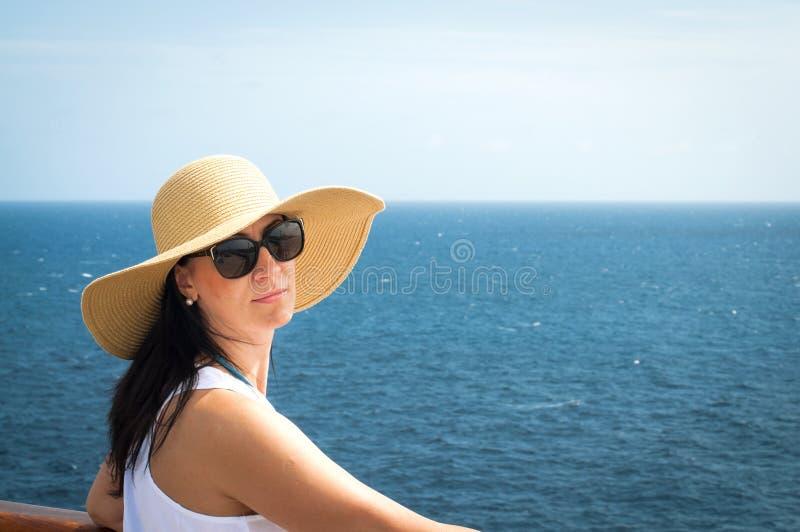 Dame auf einer Kreuzfahrt lizenzfreie stockfotos