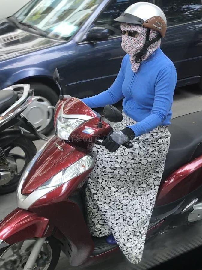 Dame auf Motorrad in Vietnam lizenzfreies stockbild
