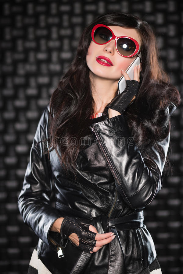 Dame avec du charme dans la veste en cuir noire photographie stock libre de droits