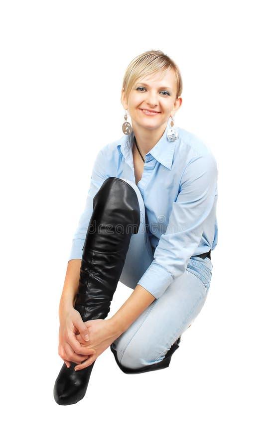 Dame beim Blue Jeanssitzen. lizenzfreie stockfotos
