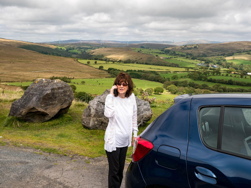 Dame in bergen met autoopsplitsing die is vastgelopen royalty-vrije stock foto's