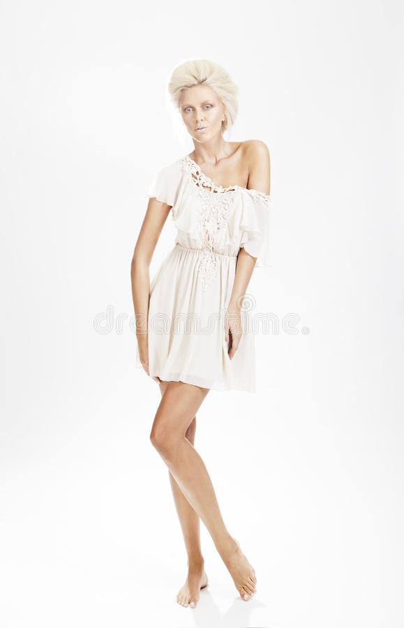 Dame blonde dans la robe blanche 01 photos stock