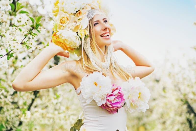 Dame blonde satisfaisante se reposant dans la poitrine de la nature photos stock