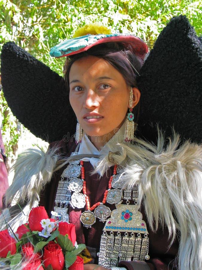 Dame bouddhiste traditionnelle au festival de Ladakh photos stock