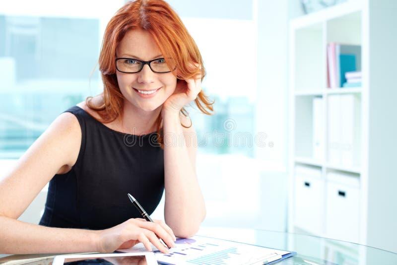 Dame in bureau royalty-vrije stock foto