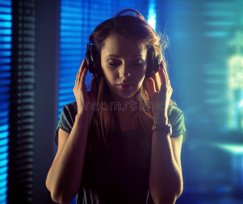 Dame calme de brune écoutant la musique images libres de droits